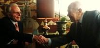 Mário Soares aperta mão a Frank Carlucci